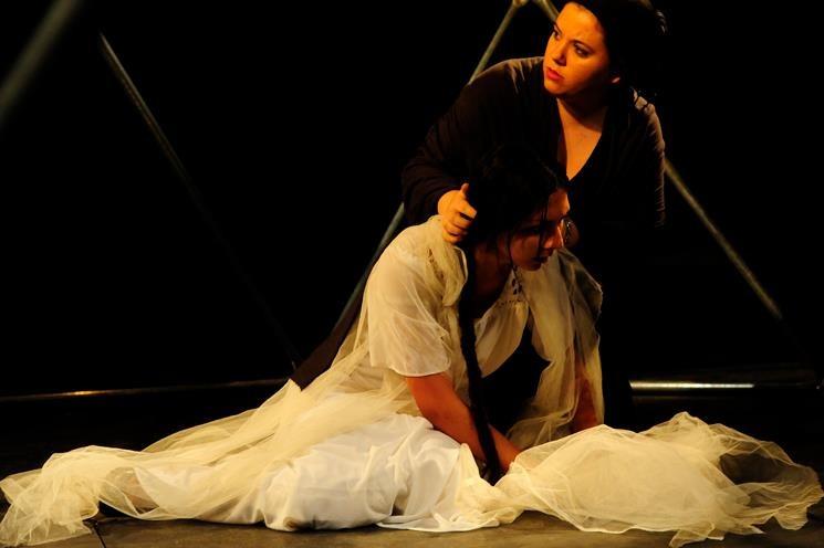 """מתוך ההצגה """"הדיבוק"""" בבימוי דוד שטיינברג, תיכון עירוני א לאמנויות"""