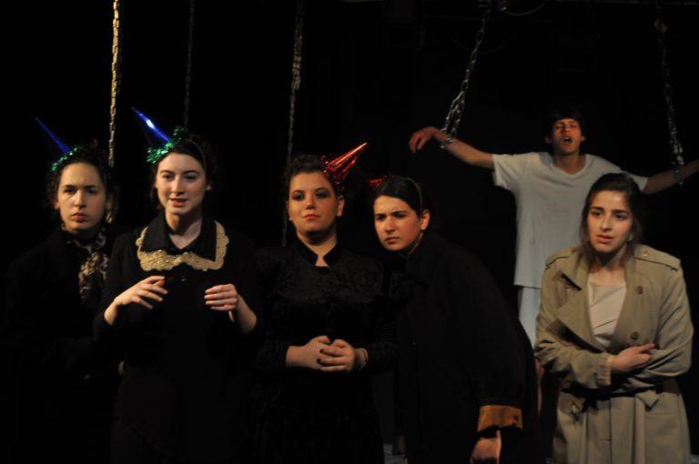 """מתוך ההצגה """"חברים מספרים על ישו"""", מגמת תיאטרון, עירוני א"""