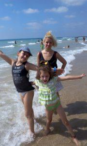תרין ואביגיל שלפי - אחותה, בחוף הים