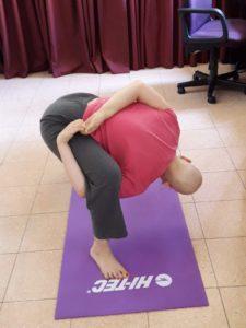 תרין מתרגלת יוגה במהלך הטיפולים