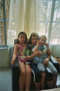 תרין עם סבתא שרה שלפי והבן דוד עילי שלפי כץ
