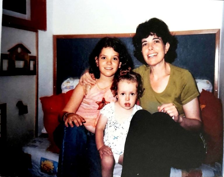 תרין עם אמה ואחותה, אביגיל
